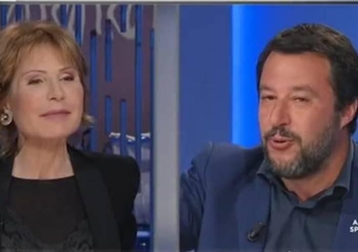 Gruber contro Salvini: se la politica si riduce a critiche vacanziere