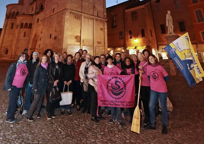 Assessore e volontarie sotto Ghirlandina rosa contro il cancro al seno