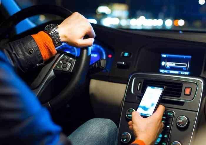 Cellulare alla guida, campagna di controlli, anche con auto civetta