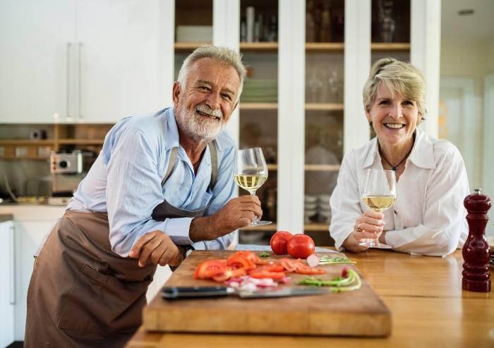 Anziani, tanti puntano sulla spesa online (ma pochi al food delivery)