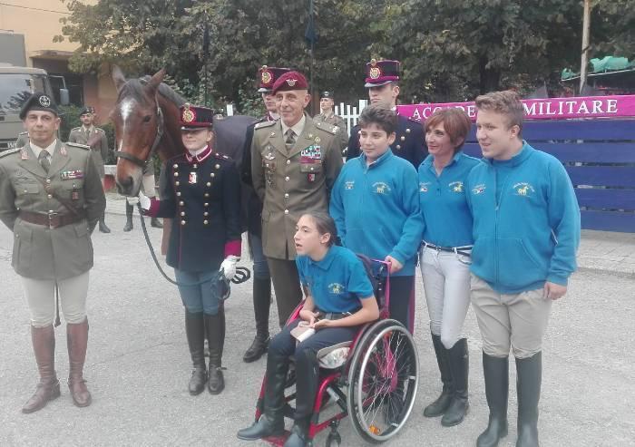 Il cavallo Izzetto, in pensione dall'esercito, nuova vita tra i ragazzi