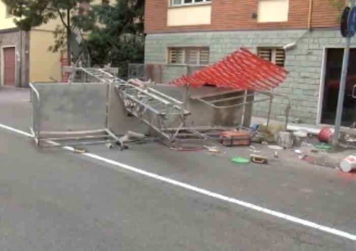 Ponteggio edile crolla sulla strada: un ferito