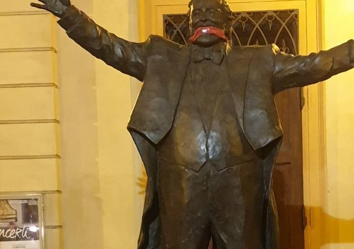 Contro la censura: Casa Pound mette il bavaglio rosso alle statue