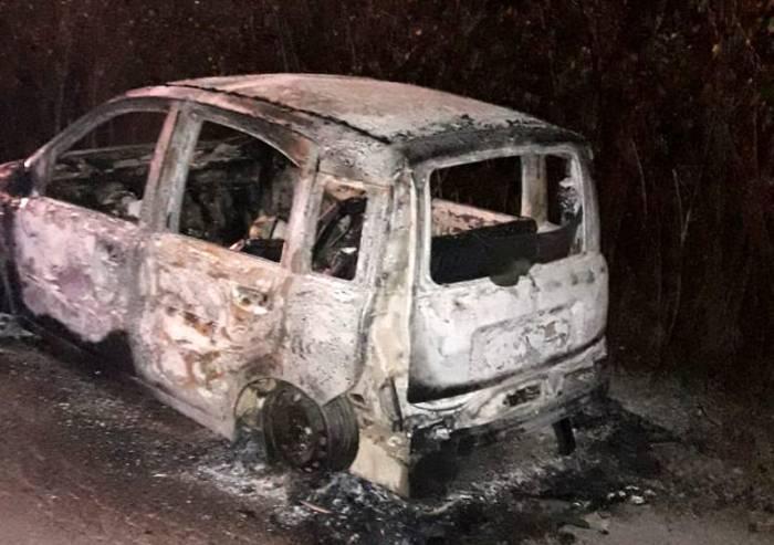 Via Caruso, auto distrutta dalle fiamme: nell'abitacolo un cadavere