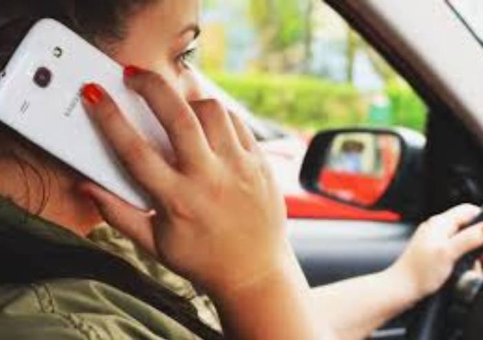 Modena, quattro automobilisti su dieci telefonano mentre guidano
