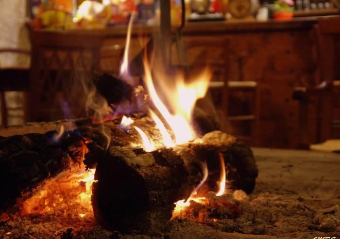 Campagna telefonica anti-inquinamento: 'Lei in casa brucia legna?'