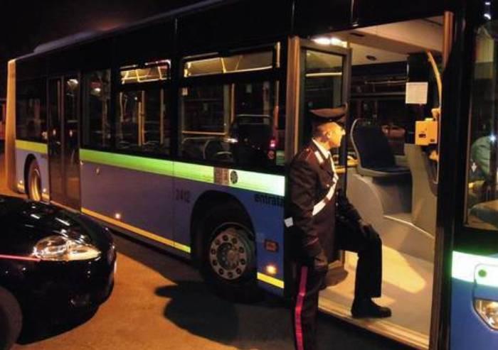 Molestava studentesse sui bus: arrestato per violenza sessuale