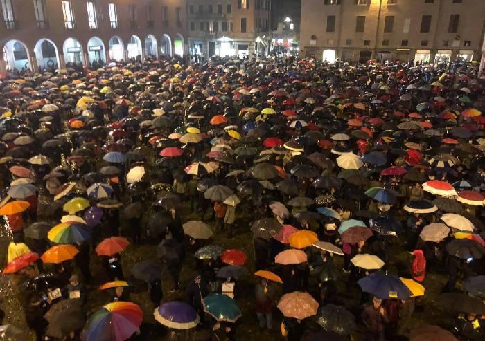 Migliaia di sardine, con l'ombrello, in piazza Grande