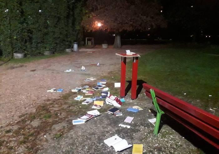 Nuovo 'attentato' alla bacheca libri del parco Amendola