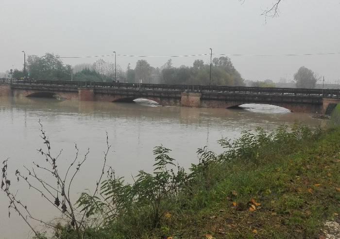Notte di osservazione della piena con ponti ancora chiusi