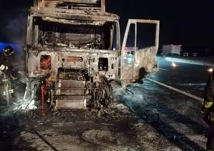 Camion prende fuoco, paura e code in autostrada