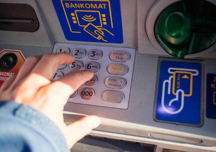 Prelievo bancomat con carta rubata: arrestati due italiani