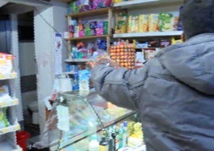 Ruba birre, poi aggredisce negoziante e poliziotti: arrestato in centro