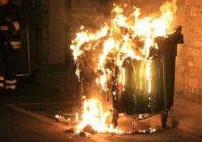 Vandali di Capodanno, incendiati 28 cassonetti in provincia di Modena