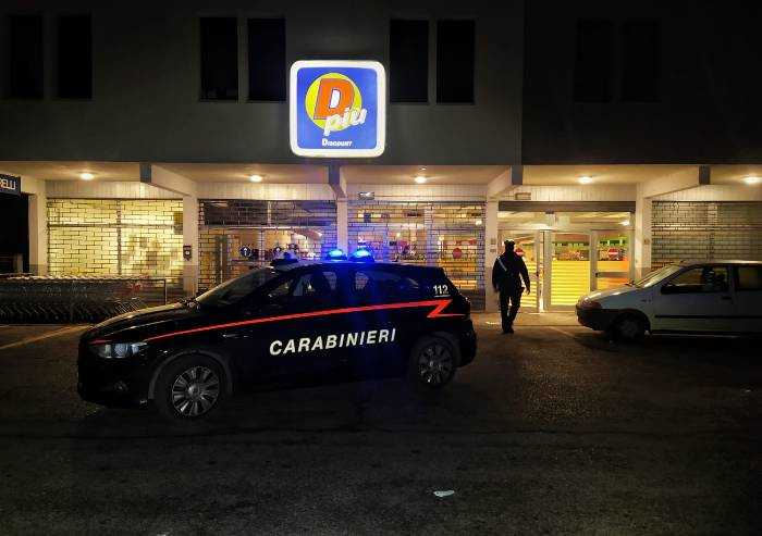 Mirandola, rapina con pistola al Dpiù: bandito fugge con 4mila euro