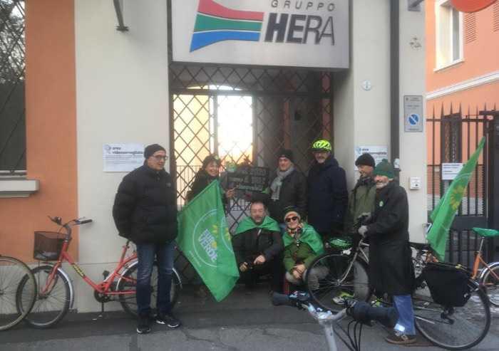 Europa Verde con Bonaccini, ha consegnato un sacco di carbone a Hera