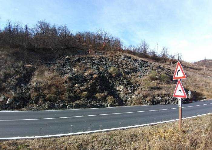 Pavullo, frana lungo la sp 4 Fondovalle Panaro: senso unico