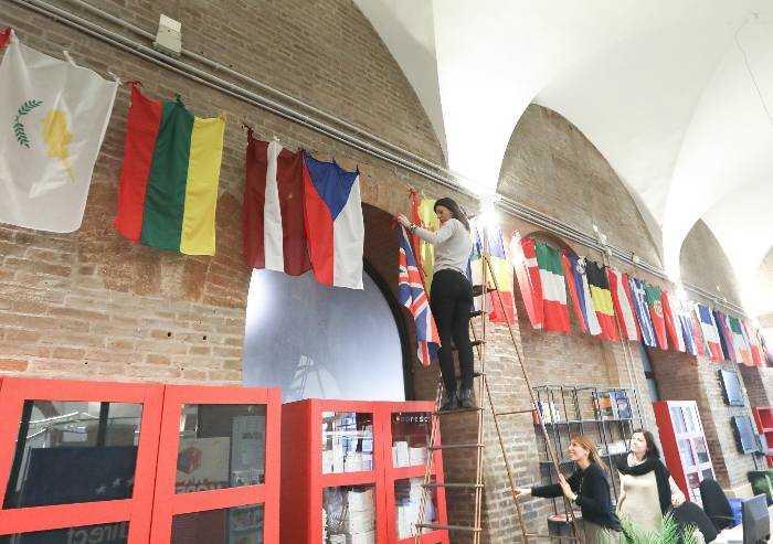 Modena e la Brexit, staccata la bandiera: 'Union Jack' via da galleria