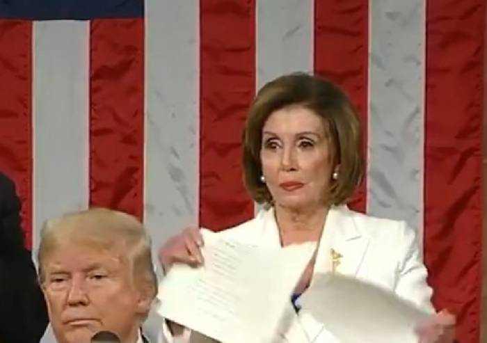 Nancy Pelosi strappa il discorso di Donald Trump