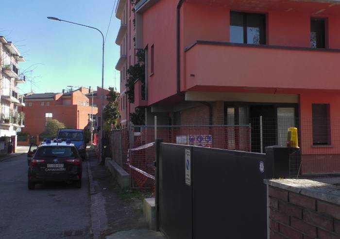 Morto senza nome nel cantiere di via Lippi: sul muro minaccia scritta