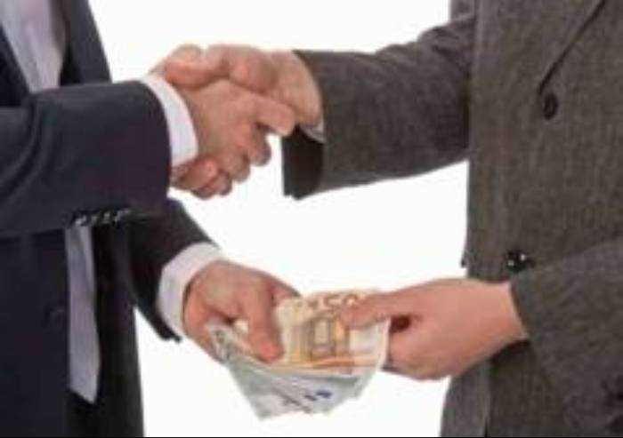 Estorce 5.000 euro ad un imprenditore: arrestato dai Carabinieri