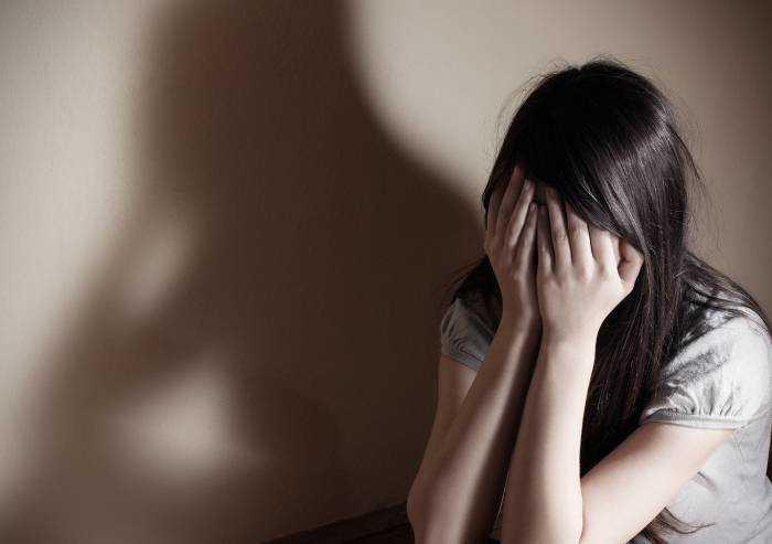 Picchia, perseguita e diffonde immagini hot della ex: arrestato