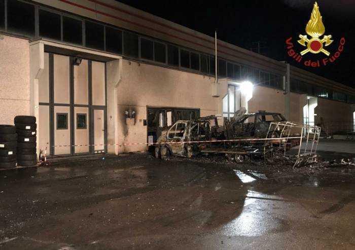 Maranello: distrutti dalle fiamme camper, auto e carro attrezzi