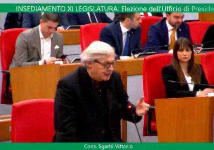 Sgarbi sollecita Bonaccini e stravolge l'aula: 'Il dibattito sul Coronavirus va fatto subito'