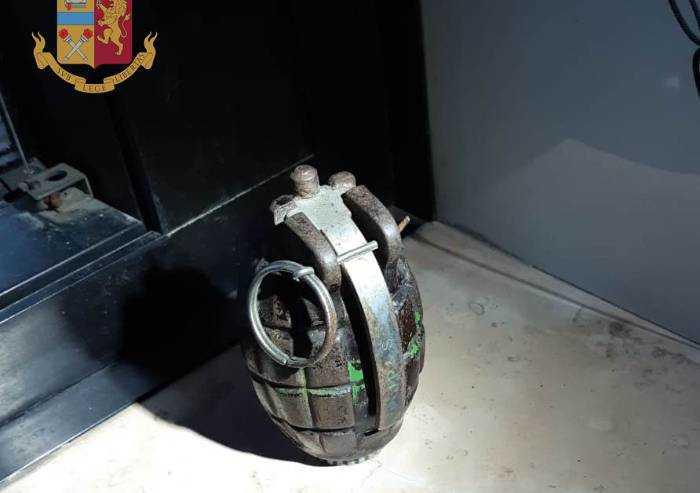 Nascondeva una bomba a mano funzionante in casa: arrestato sassolese