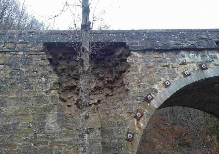 Ponte Mulino del grillo a Lama Mocogno: paura per un cedimento