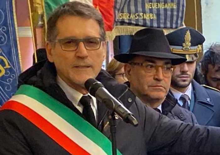 Coronavirus, appello del sindaco di Bologna: evitare baci e abbracci