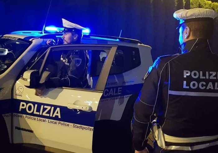 A Castelvetro ubriaco provoca collisione frontale e scappa a piedi