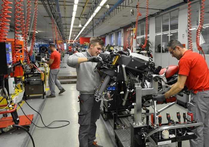 Coronavirus, Lamborghini chiude fino al 25 marzo e Ducati frena