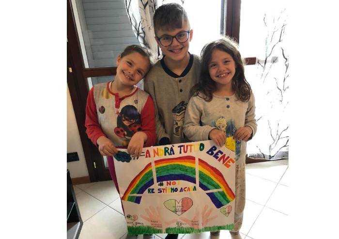 Gabriel e le sue sorelle gemelle Asia e Alessia: due mani e un cuore