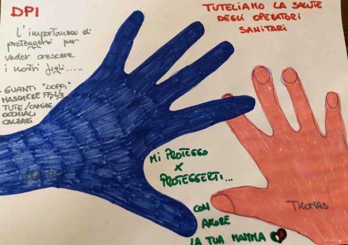 La mano di Thomas e quella 'protetta' della mamma infermiera