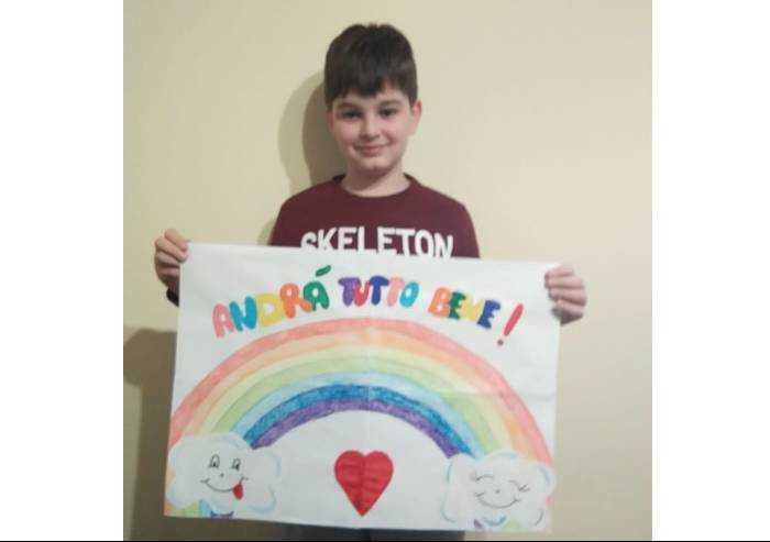 Francesco sorride e mostra l'arcobaleno