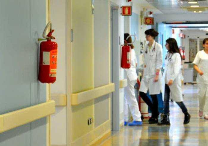 Medici contagiati fuori dall'ospedale? L'azienda sanitaria si scusa