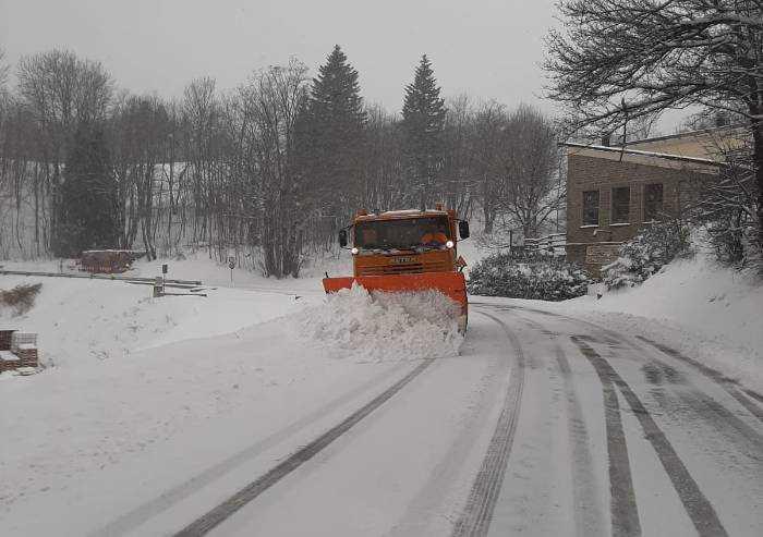 Nevicate in Appennino, mezzi spartineve al lavoro