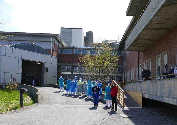 Ospedale Ramazzini di Carpi: omaggio forze dell'ordine ai sanitari