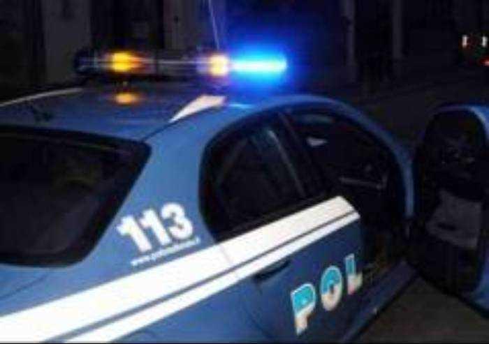 Rissa in centro, sputa alla Polizia e rompe il vetro della Volante: arrestato