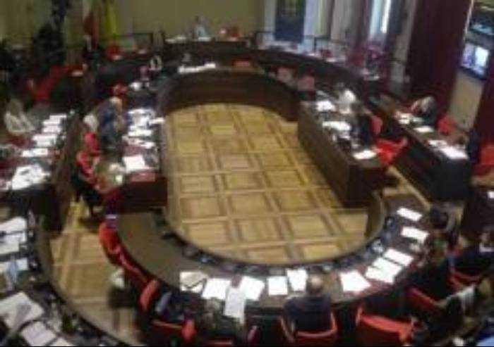 Il Consiglio celebra la liberazione, e si libera dell'opposizione