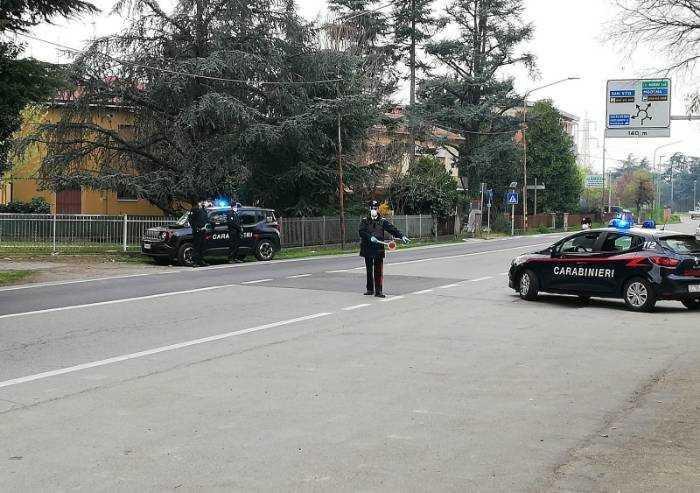 In giro in moto da cross, viene fermato e tira sassi ai Carabinieri