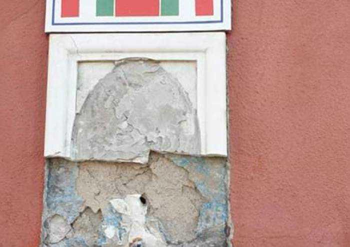 Ancora uno sfregio, danneggiata la lapide di Alessandro Cabassi