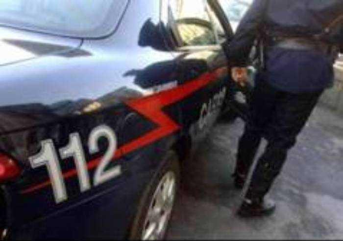 Si lancia e lancia la bici sull'auto dei Carabinieri: arrestato