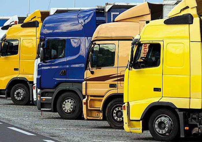 'Autotrasporto in ginocchio, mascherine a prezzo ridotto norma giusta'