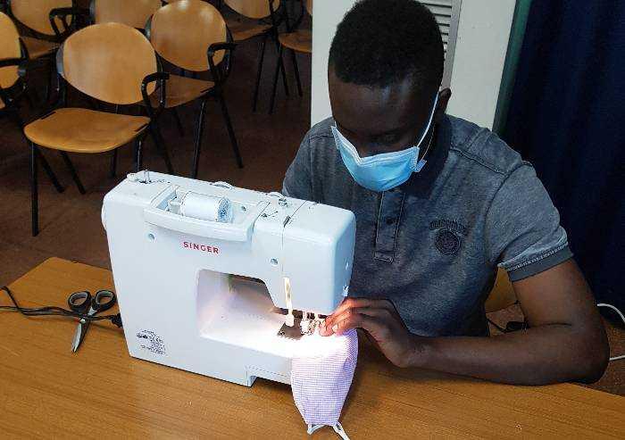 E a Modena richiedenti asilo realizzano le mascherine non certificate