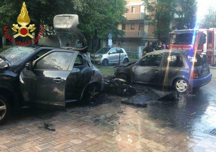 Moto incendiata, distrutte anche due auto