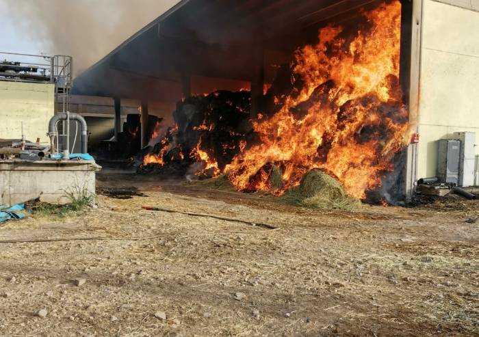 Bomporto, fienile distrutto dalle fiamme