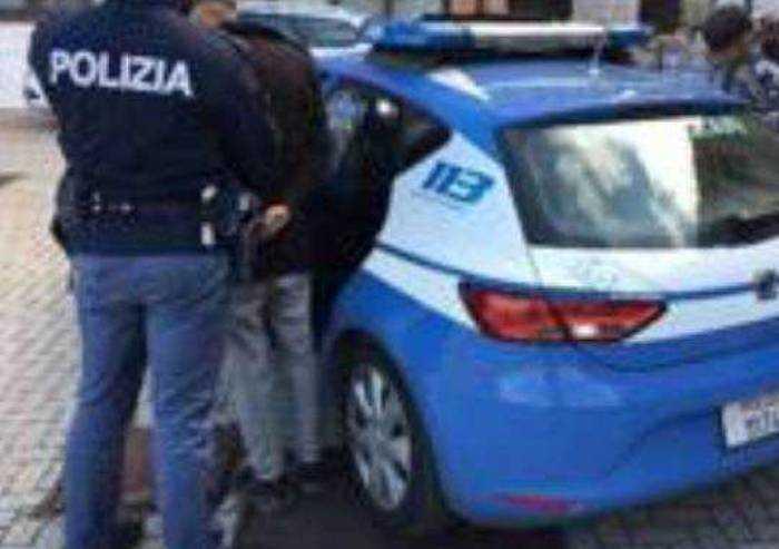 Ubriaco, danneggia 11 auto in sosta: bloccato