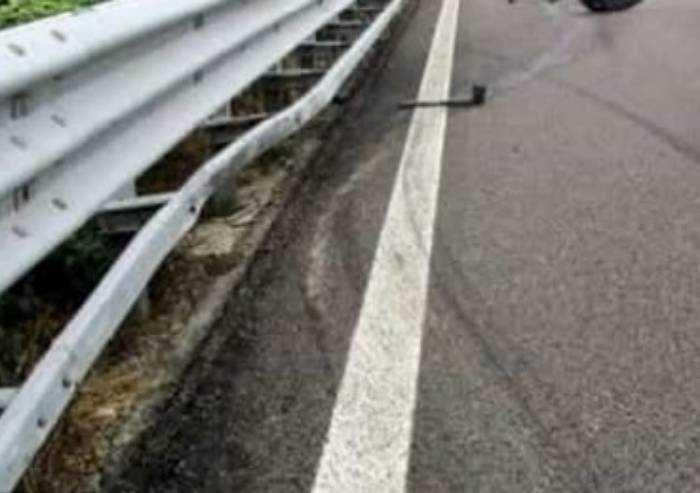 Anziano muore schiacciato tra la portiera dell'auto e guard-rail